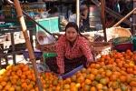 Obsthändlerin auf dem Markt in Bago
