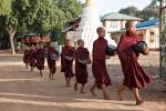"""Die jungen Mönche gehen ihr Essen einsammeln - Kloster """"Nathauk"""" in Bagan"""