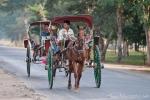 Trishaws befördern die Touristen von Pagode zu Pagode - unterwegs in Bagan