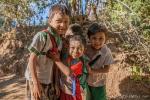 Die Dorfkinder haben ihren Spaß mit der Kamera