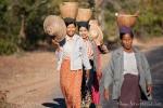 Bäuerinnen kommen von der Feldarbeit