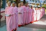 Junge Nonnen stehen zum Essen an - Nonnenkloster Tha Kya Di Tar