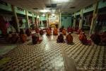 Abendgebet im Mönchskloster auf dem Mandalay Hill