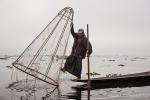 Einbeinruderer mit Reuse auf dem Inle See