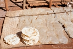 Herstellung von Reiscrackern in Tha Kaung - 4 Stunden werden die Reisfladen in der Sonne getrocknet