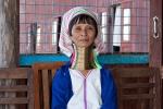 Frau aus dem Stamm der Kayan (Padaung); auch Giraffenhalsfrau mit 23 Ringen um den Hals