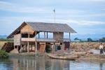 Unterwegs auf dem Fluss Kaladan - Behausung eines Reisbauern