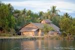 Unterwegs auf dem Fluss Kaladan - Bescheidene Wohnverhältnisse der Landbevölkerung