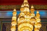Einer der größten Lüster der Welt. Er misst 8 × 14 m, trägt 1.122 Lampen, ist reich mit Swarovski-Kristallen behängt und wiegt 8 Tonnen.