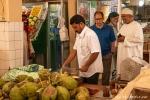 Spontane Gastfreundschaft  auf dem Fleisch- und Fischmarkt von Salalah