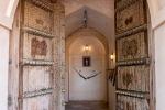 Die gewaltige Eingangstür zum Al Hazm Castle
