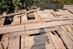 Die Brücken bestehen aus losen Brettern und vielen Löchern mit Nichts drumherum