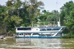 Hotelboot, das ein Stück unterhalb von Porto Jofre auf dem Rio Cuiabá ankert