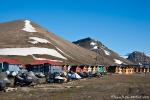 Snowmobile und bunte Holzhäuser in Longyearbyen