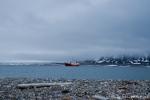 Das Schiff ankert vor der Insel Moffen Island
