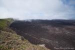 Eine Nebelwand zieht über den Vulkankrater des