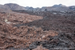 Links die rote Lava ist 2000 Jahre alt und rechts die schwarze Lava stammt vom Ausbruch 1979.