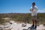 Unser Guide erklärt die Tierwelt auf der Insel North Seymour. Der Blaufusstölpel mit Jungtier neben ihm läßt sich davon nicht stören.