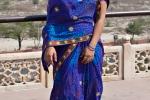 Junge Frau - im Hintergurnd das Taj Mahal