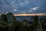 Tetrapoden-Wellenbrecher im Sonnenuntergang
