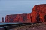 Die Felsen der Hochseeinsel Helgoland leuchten rot in der Sonne