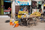 Obsthändler mit riesigen Papayas