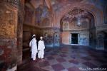 Meerblaue Fresken und Koransprüche zieren die Wände der Vorhalle zu Akbars Thomb
