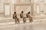 Gut bewacht - aber ohne Schuhüberzieher dürfen auch die Wachen das Taj Mahal nicht betreten.