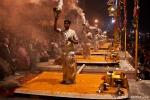 Priester zelebrieren die Gangesverehrung - Varanasi