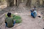 Die Parkangestellten basteln sich ihr Arbeitsgerät - einen Besen - Kanha National Park