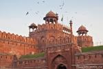 Rote Sandsteinzinnen geben dem Red Fort seinen Namen, Delhi
