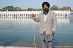 Sikh am Tempelteich, Gurudwara Bangla Sahib, Delhi