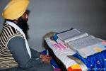 Vorleser rezitieren in einem Sprechgesang aus dem Heiligen Buch - Goldener Tempel, Amritsar