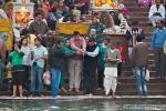 Milch wird in den Ganges gegossen; eine religiöse Zeremonie am Hari-ki-Pauri-Ghat, Haridwar