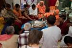 Bei diesem Ritual werden heilige Schuhe mit Milch übergossen - Sivananda Ashram, Rishikesh