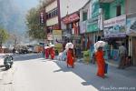 Anhänger eines Ashrams tragen ihre Einkäufe nach Hause - Rishikesh