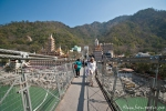 Auf der Lakshman Jhula-Hängebrücke in Rishikesh