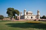 Charbagh (Gartenanlage) mit Itimad-ud-Daula-Mausoleum in Agra