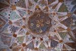 Die Decke des Mausoleums weist bemalte und vergoldete Stuck- und Stalaktitmuster auf - Itimad-ud-Daula, Agra