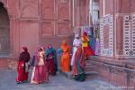 Besucherinnen der Moschee am Taj Mahal - Agra