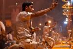 Sieben Priester feiern die Ganga-aarti - Varanasi