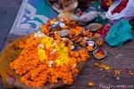 Blüten spielen bei der Ganga-aarti eine große Rolle - Varanasi