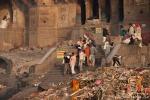 Angehörige bringen gerade ein verstorbenes Familienmitglied - Varanasi