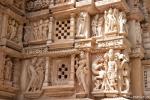 Die gesamte Außenfassade ist mit filigranen Sandsteinfiguren verziert - Khajuraho