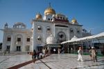 Sikh-Tempel mit den charakteristischen goldenen Kuppeln, Gurudwara Bangla Sahib, Delhi