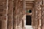 Säulengang der Quwwat-ul-Islam Moschee