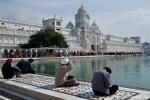 Gläubige beten am Nektarteich - Goldener Tempel, Amritsar