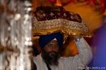 Das Heilige Buch - die größte Kostbarkeit - wird aus dem Goldenen Tempel getragen - Amritsar