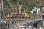 Rishikesh erstreckt sich zu beiden Seiten des Flusses, Lakshman Jhula-Hängebrücke