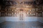 Der untere Bereich des Mausoleums ist mit bunten Steinen in geometrischen Mustern verziert - Itimad-ud-Daula, Agra